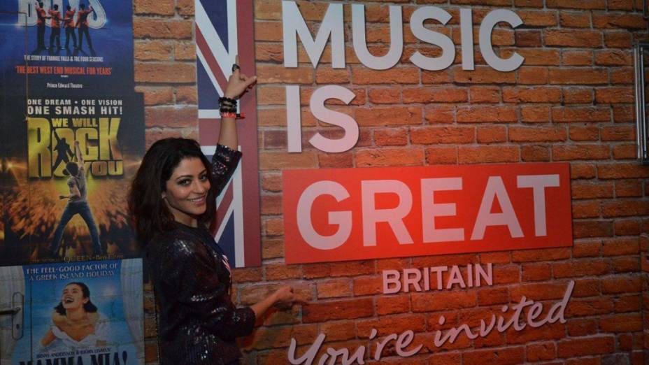 Carol Castro visita o stand da British na Rock Street na cidade do Rock