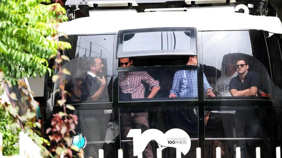 Atores de Se Beber, Não Case! sobem o Morro da Urca de bondinho. Bradley Cooper vai na janela, à esquerda. À direita, de azul, o ator Ed Helms (o Stu)