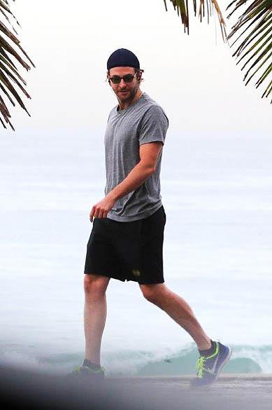 Bradley Cooper vai à praia de Ipanema com o amigo