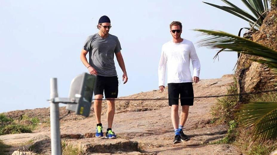 Bradley Cooper com o amigo, nesta quarta-feira, no Rio