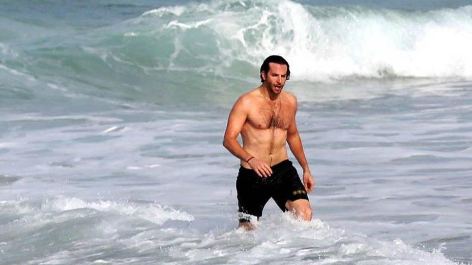 Antes do bondinho, Bradley Cooper foi à praia de Ipanema com um amigo