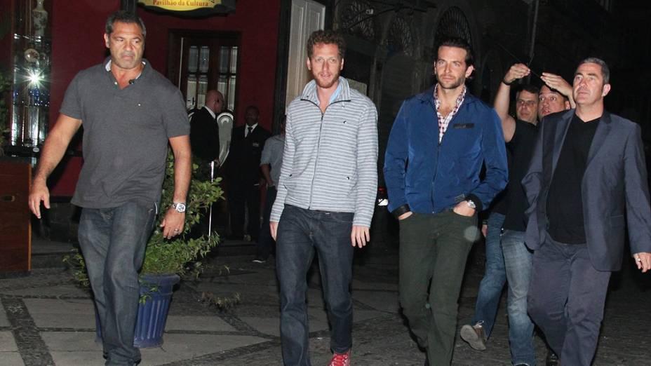 Elenco de Se Beber, Não Case! vai a restaurante da Lapa no Rio de Janeiro. Bradley Cooper, o bofe maravilha, é o de azul escuro