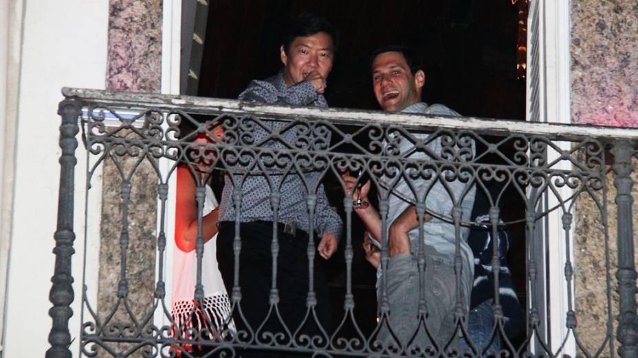 Ken Jeong e Justin Bartha, na varanda de restaurante da Lapa, no Rio de Janeiro