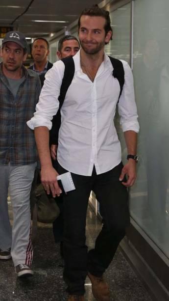 O americano Bradley Cooper (de branco), do elenco do filme Se Beber, Não Case, chega ao aeroporto do Rio de Janeiro
