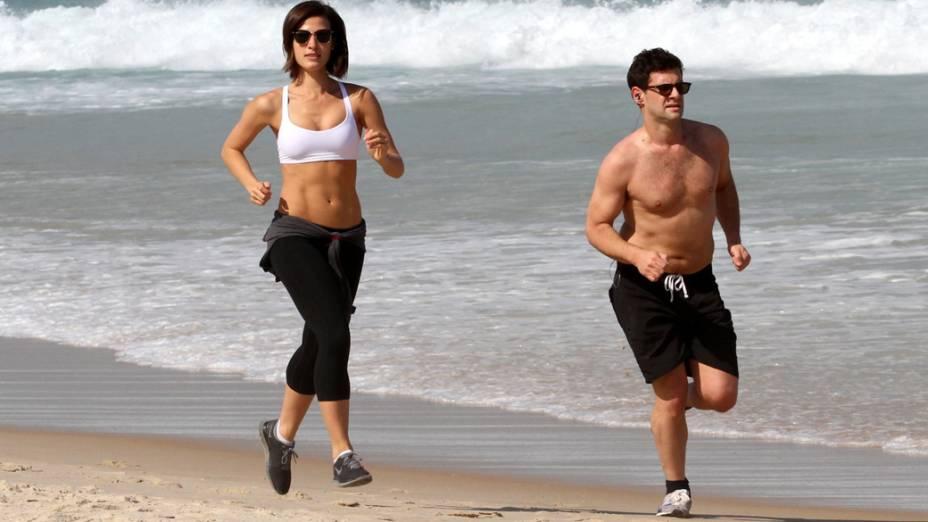 Justin Bartha faz cooper com a namorada na praia da zona sul do Rio