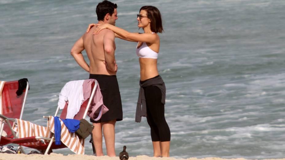 Justin Bartha com a namorada na praia da zona sul do Rio