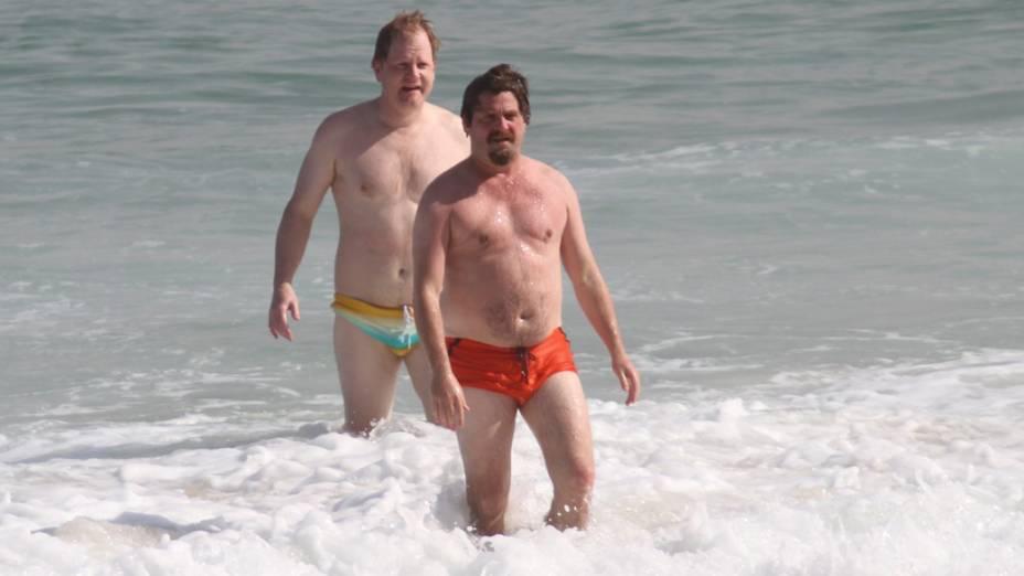 Zach Galifianakis entra no mar, na praia da zona sul do Rio