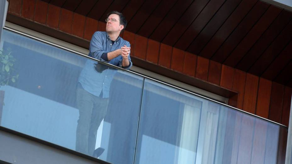 Ed Helms na sacada do hotel Fasano em Ipanema