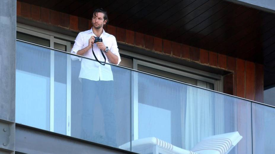 Bradley Cooper na sacada do hotel Fasano em Ipanema