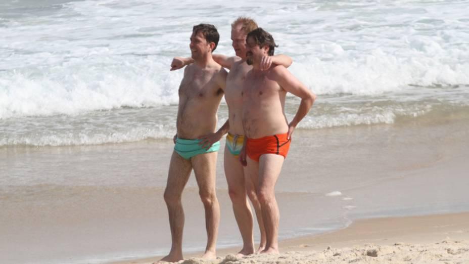 Zach Galifianakis e Ed Helms posam para foto na praia da zona sul do Rio