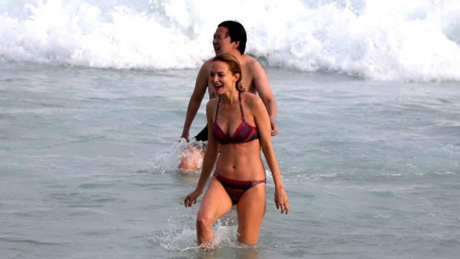 Heather Graham e Ken Leong entram no mar na praia da zona sul do RIo