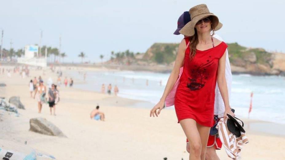 Heather Graham na praia da zona sul do RIo