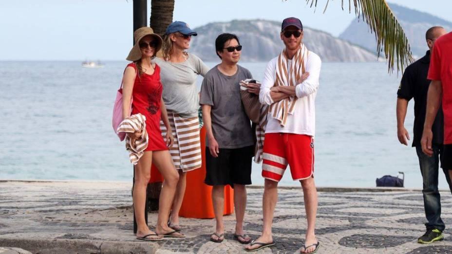 Heather Graham e Ken Leong na praia da zona sul do RIo