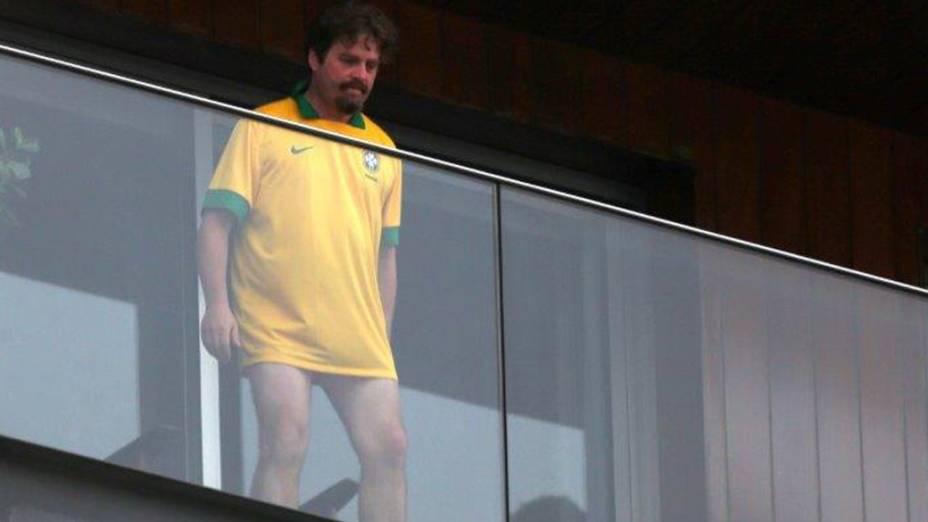 Zach Galifianakis com a camisa da seleção do Brasil, na sacada do hotel Fasano em Ipanema