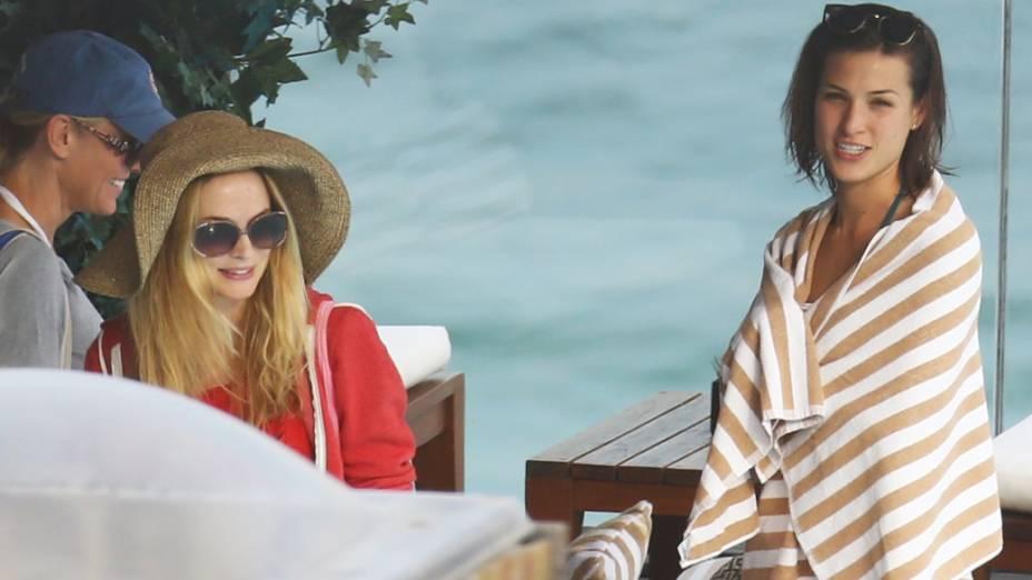 Heather Graham e a namorada de  Justin Bartha na piscina do hotel Fasano