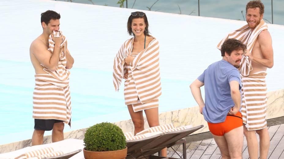 Justin Bartha com sua namorada e Zach Galifianakis, na piscina do hotel Fasano