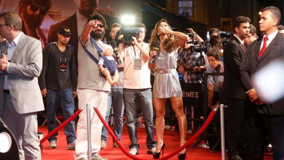 Apresentadores do Pânico na Band Sabrina Sato e Bola, vestido como Alan (Zach Galifianakis), brincam com elenco do filme Se Beber Não Case 3 em pré-estreia