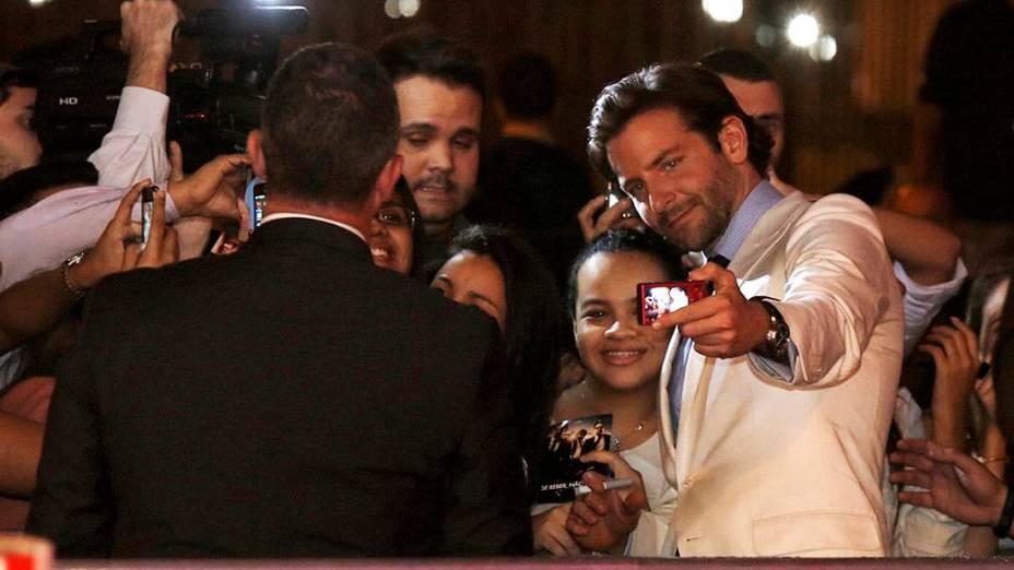 Bradley Cooper tira fotos com o público na chegada à pré-estreia do filme Se Beber, Não Case! - Parte III, no Rio de Janeiro