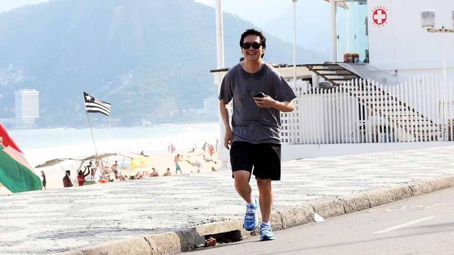 Ken Jeong, ator de Se Beber não case 3 corre na orla da praia da Zona Sul do Rio de Janeiro