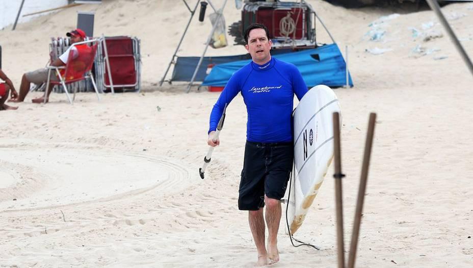 Ed Helms ator do filme Se Beber não case 3 faz Stand Up Paddle em praia no Rio de Janeiro