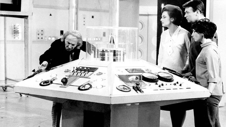 O primeiro Doctor (William Hartnell) comanda a máquina do tempo Tardis em cena das primeiras temporadas da série Doctor Who