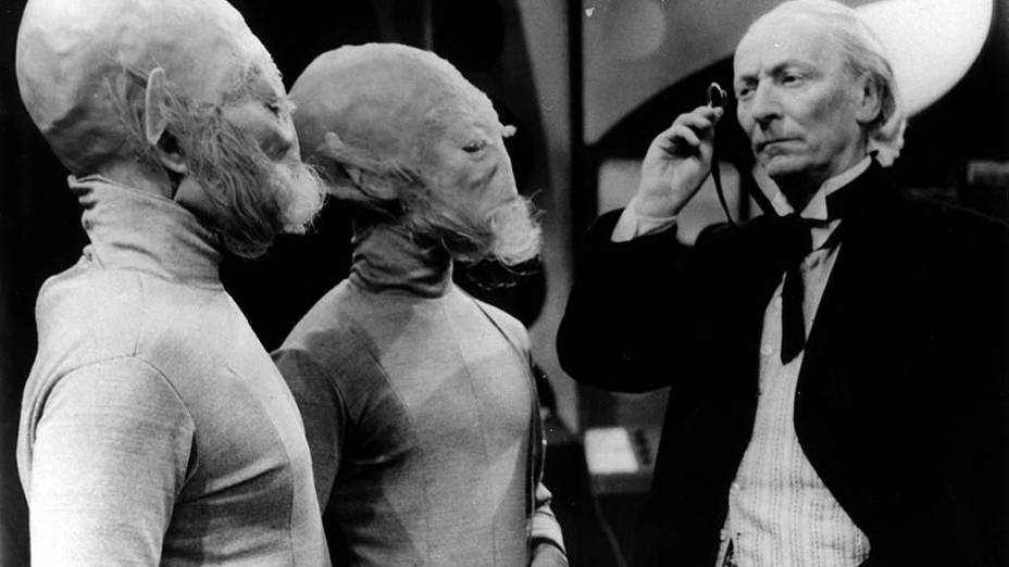 O primeiro Doctor (William Hartnell) observa extraterrestres em cena das primeiras temporadas da série Doctor Who