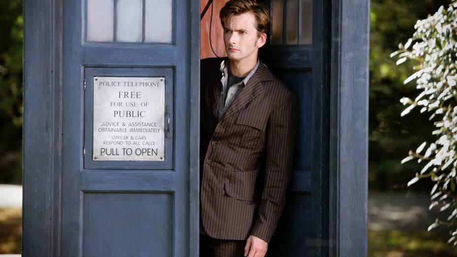 O ator David Tennant sai da Tardis, a máquina do tempo e nave espacial do Doctor