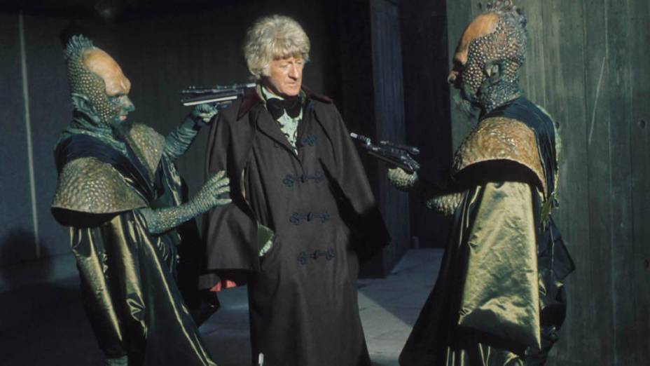O terceiro Doutor (Jon Pertwee) é ameaçado por alienígenas, na década de 1970