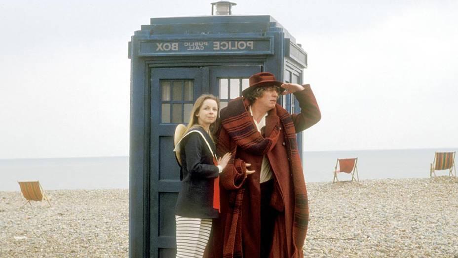 O quarto Doctor com sua companheira Romana diante da Tardis