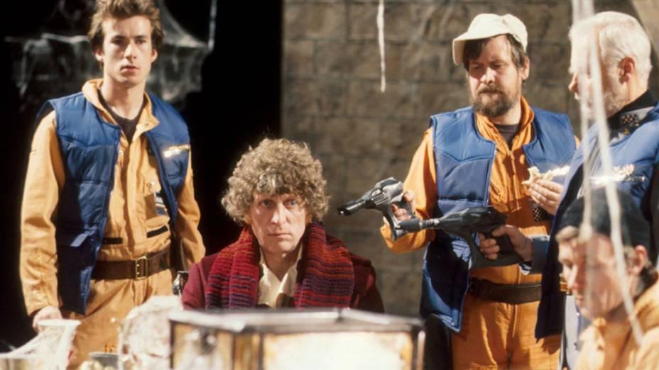 Tom Baker, o quarto Doctor (de 1974 a 1981), é cercado por inimigos em cena de Doctor Who