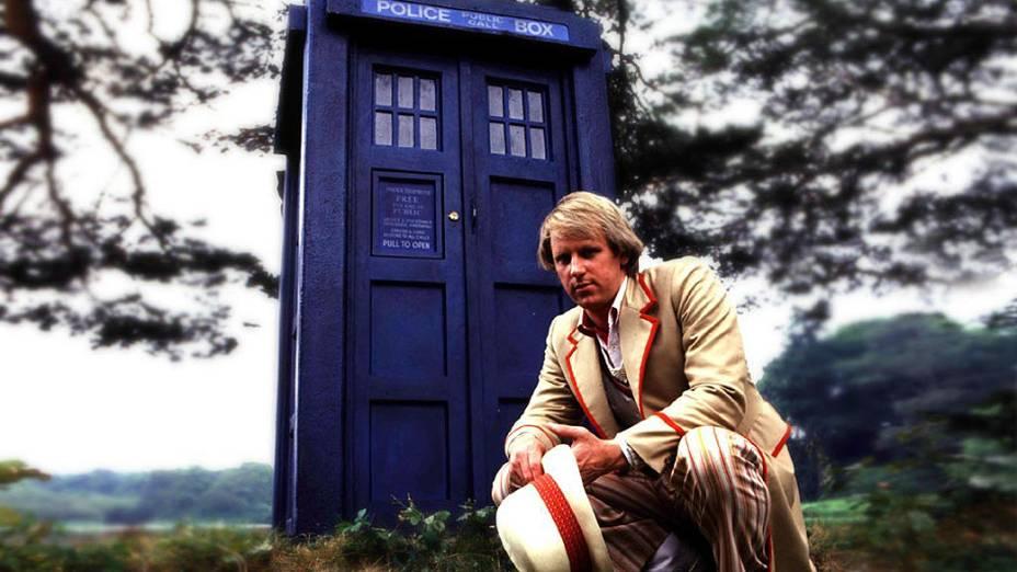 O quinto Doctor (Peter Davison) posa diante da Tardis, a máquina do tempo e nave espacial da série Doctor Who