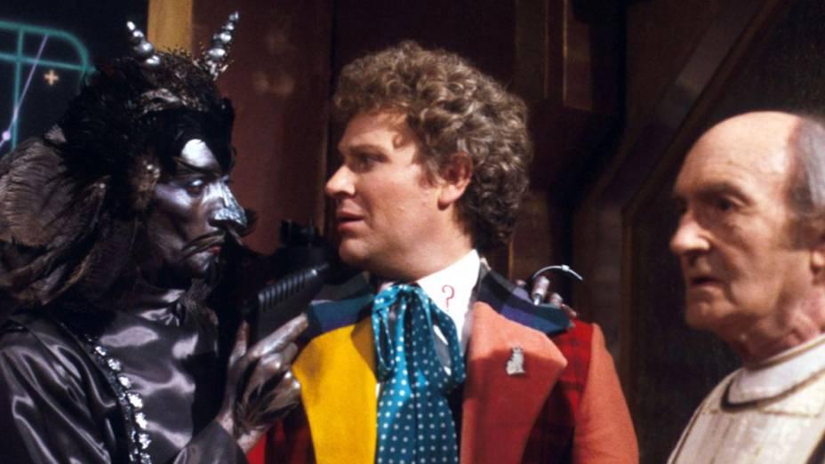 O ator Colin Baker em cena da série Doctor Who