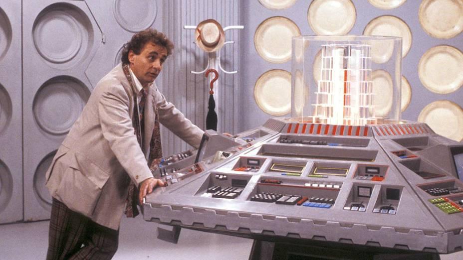 O sétimo Doctor (Sylvester McCoy) diante do painel de controle da Tardis, a máquina do tempo e nave espacial que leva o personagem através do tempo e do espaço