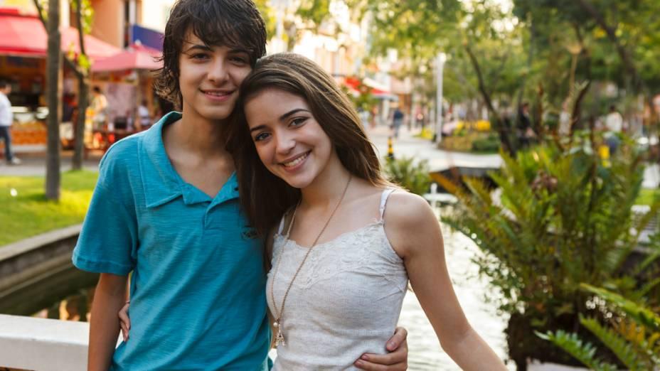 Atores Eduardo Melo, como Lucas, e Anna Rita Cerqueira, como Cristina, no filme Confissões de Adolescente