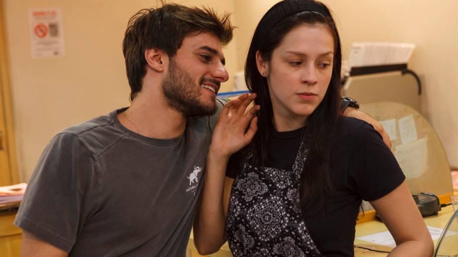 O casal Lucas (Hugo Bonemer) e Tina (Sophia Abrahão) em Confissões de Adolescente