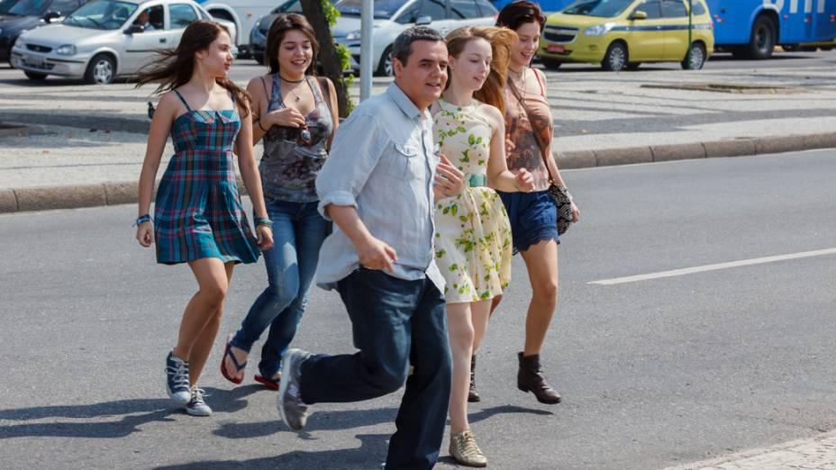O ator Cássio Gabus Mendes como o pai das meninas  do filme Confissões de Adolescente