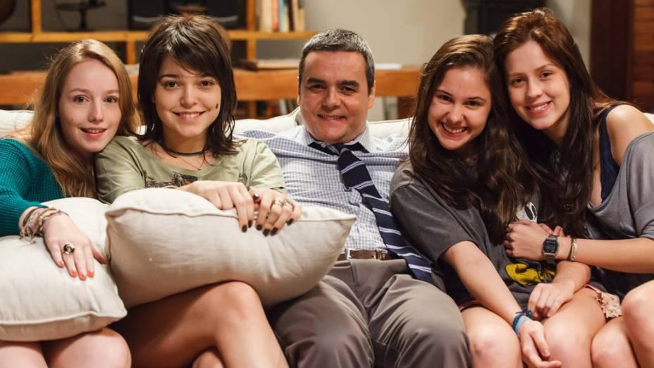 Alice (Malu Rodrigues), Bianca (Isabella Camero), o pai, Paulo (Cássio Gabus Mendes), Karina (Clara Tiezzi) e Tina (Sophia Abrahão) no filme Confissões de Adolescente