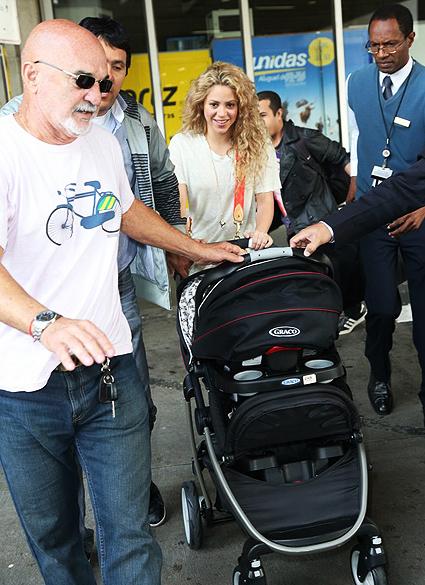 Shakira desembarca no aeroporto do Galeão, no Rio de Janeiro