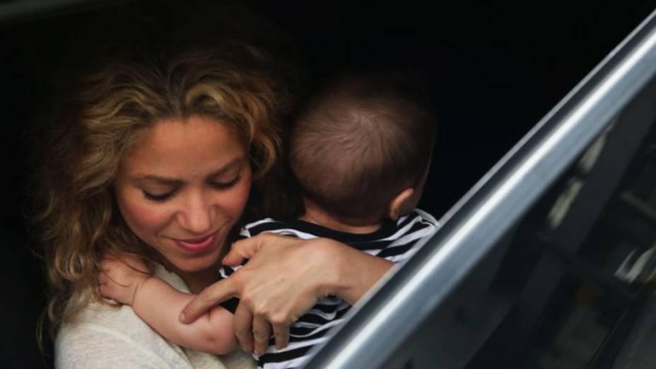 Shakira desembarca no aeroporto do Galeão, no Rio de Janeiro, com o filho, Milan, de 5 meses