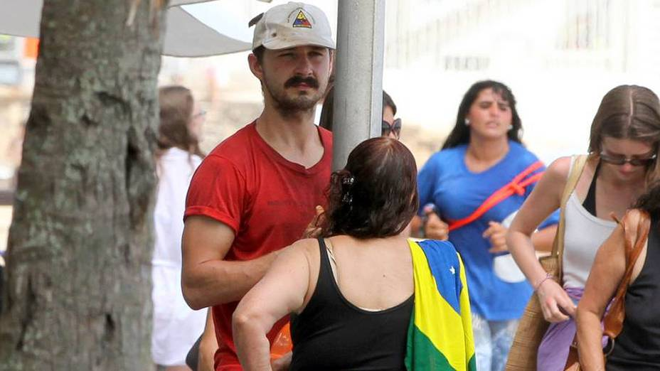Shia LaBeouf passeia no calçadão de Ipanema com sua família