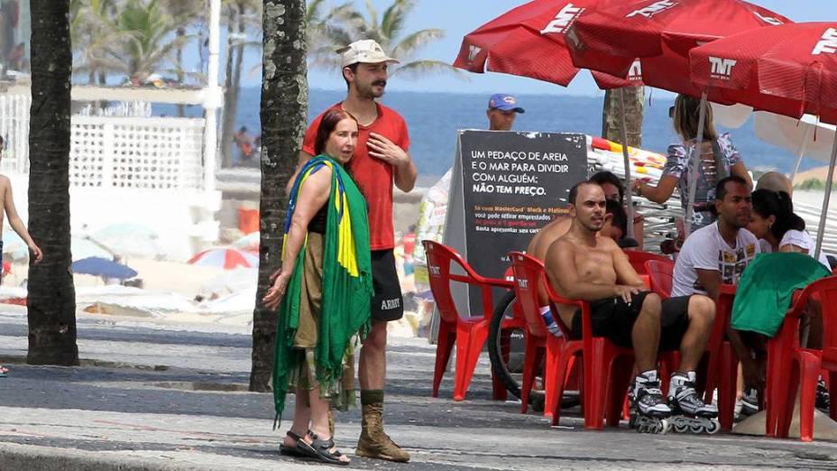 Shia LaBeouf passeia no calçadão de Ipanema com a família