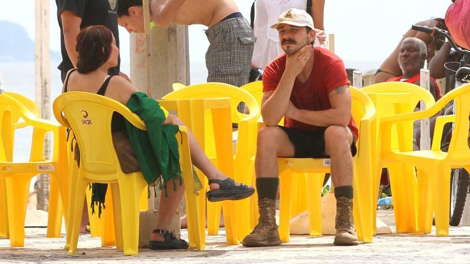 O americano Shia LaBeouf no calçadão de Ipanema com a família