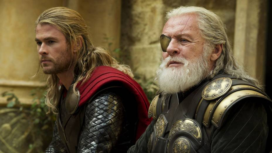 Os atores Chris Hemsworth (Thor) e Anthony Hopkins (Odin) no filme Thor: O Mundo Sombrio