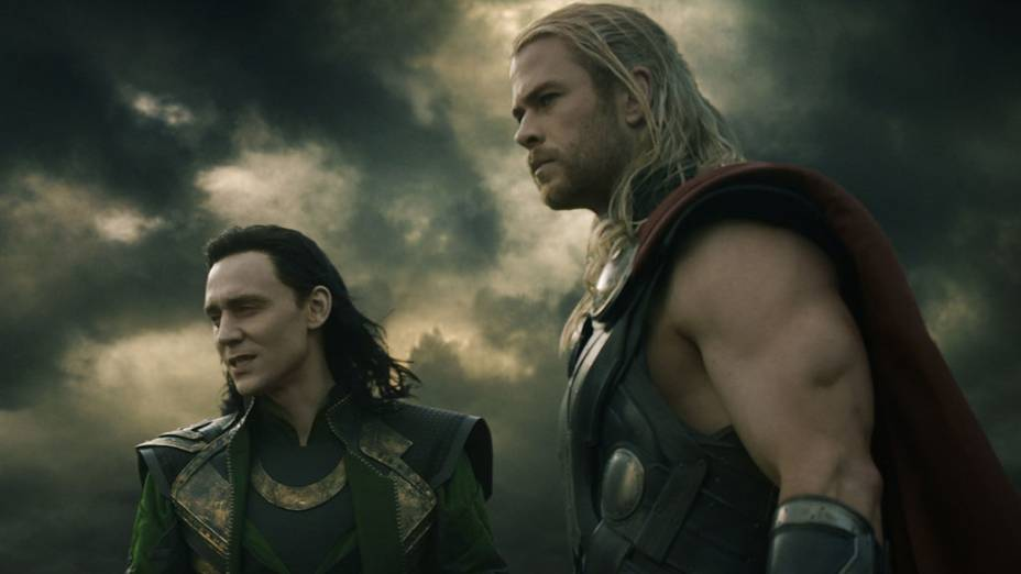 Os atores Chris Hemsworth (Thor) e Tom Hiddleston (Loki) em cena do filme Thor: O Mundo Sombrio