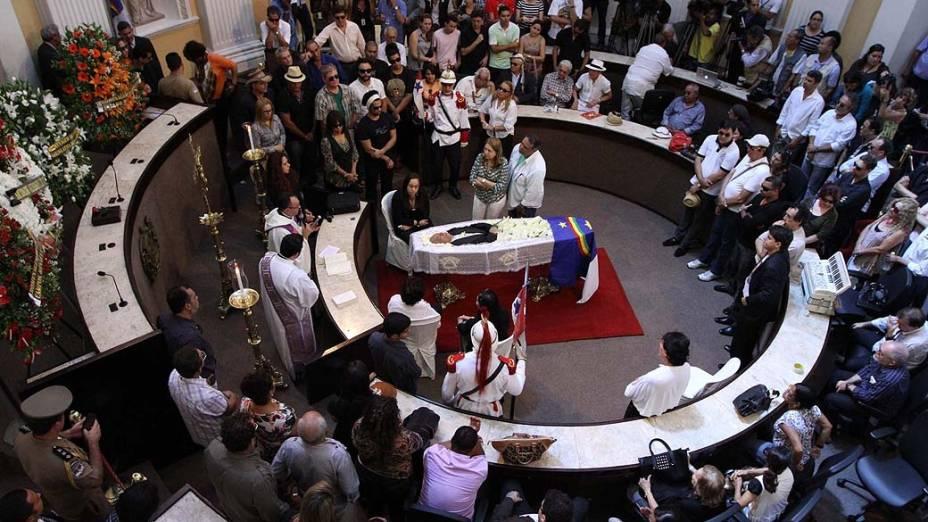 O corpo do cantor, compositor e sanfoneiro Dominguinhos, que morreu na terça-feira (23), é velado na Assembleia Legislativa de Pernambuco. Dominguinhos morreu em decorrência de complicações infecciosas e cardíacas, aos 72 anos