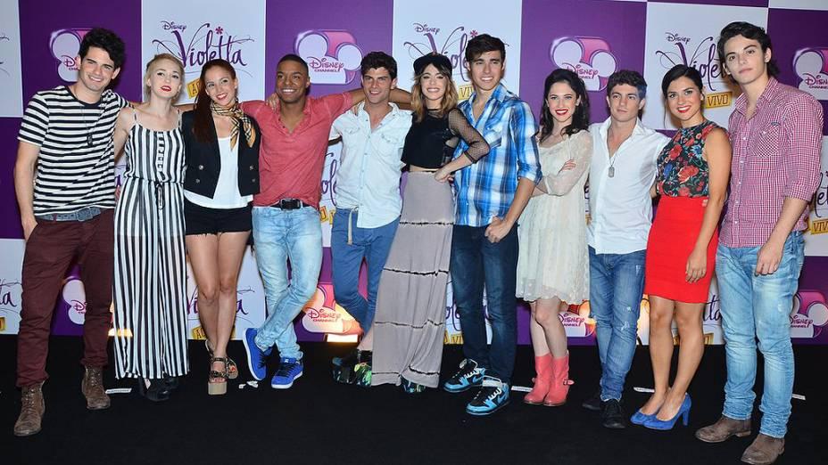 Elenco do seriado Violetta antes de entrevista coletiva no hotel Hyatt em São Paulo