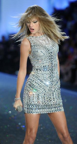 Taylor Swift se apresenta durante o Victorias Secret Fashion Show 2013, no Lexington Avenue Armory, em Nova York
