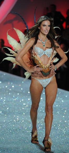Alessandra Ambrosio desfila durante o Victorias Secret Fashion Show 2013, no Lexington Avenue Armory, em Nova York