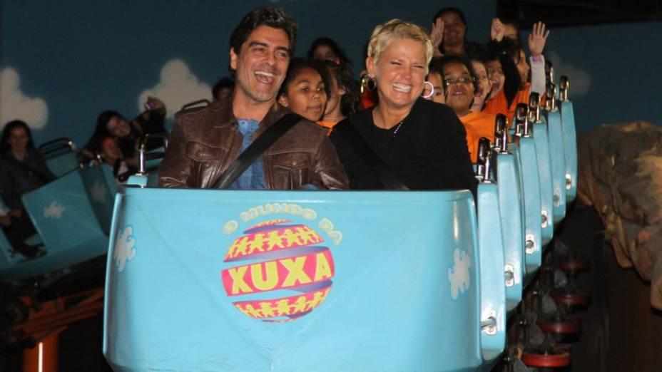Xuxa e o namorado, Junno, comemoram os 10 anos do parque O Mundo da Xuxa, em São Paulo
