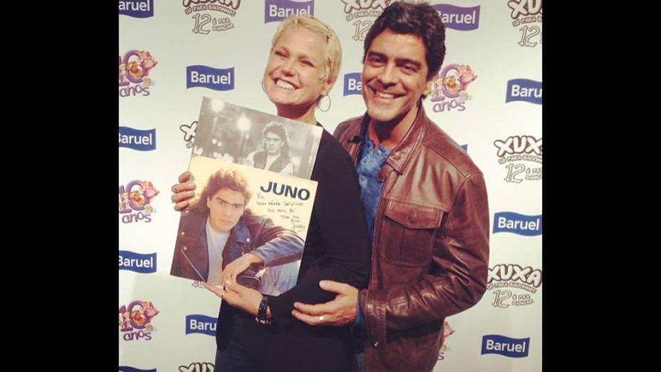 Xuxa ganha disco antigo autografado do namorado, Junno